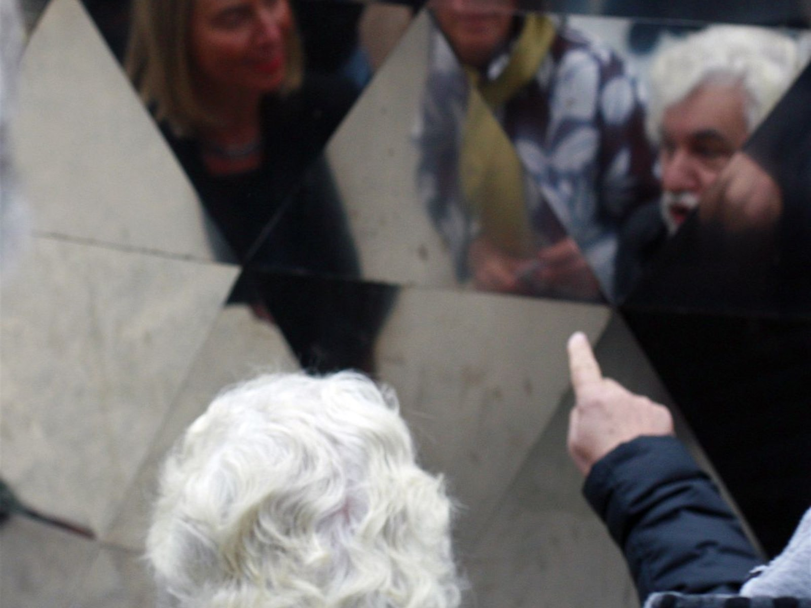 artist Cristobal Gabarron pointing at Federica Mogherini and Barbara Pesce-Monteiro reflection